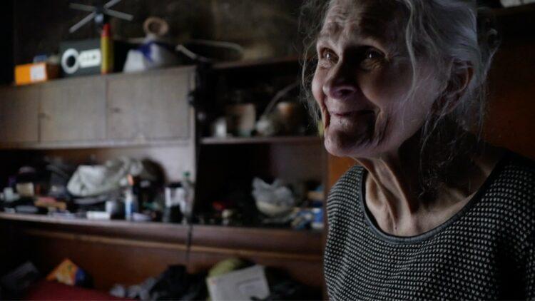 Irena w spalonym mieszkaniu, półprofil.